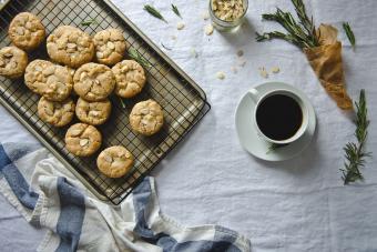 https://cf.ltkcdn.net/cooking/images/slide/206213-850x567-rosemary-almond-and-white-chocolate-cookies.jpg