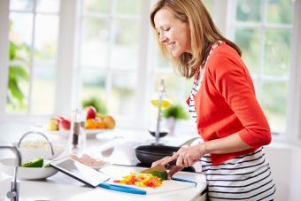 https://cf.ltkcdn.net/cooking/images/slide/208405-600x400-Woman-Following-Recipe-On-Digital-Tablet.jpg