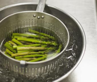 Chilling blanched asparagus in ince water