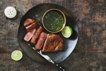https://cf.ltkcdn.net/cooking/images/slide/257071-850x567-steak-chimichurri.jpg