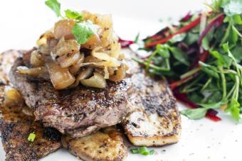 https://cf.ltkcdn.net/cooking/images/slide/257083-850x567-steak-caramelied-bourbon-onions.jpg