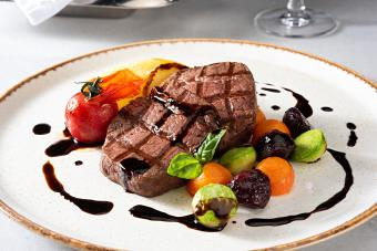 https://cf.ltkcdn.net/cooking/images/slide/257089-850x567-steak-with-balsamic-glaze.jpg
