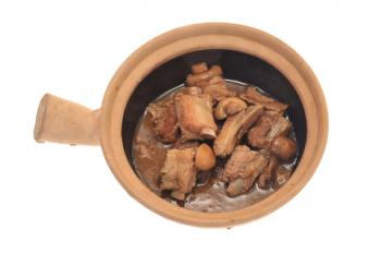 Braising pork in a clay cooker