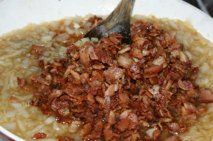 adding bacon to bacon jam