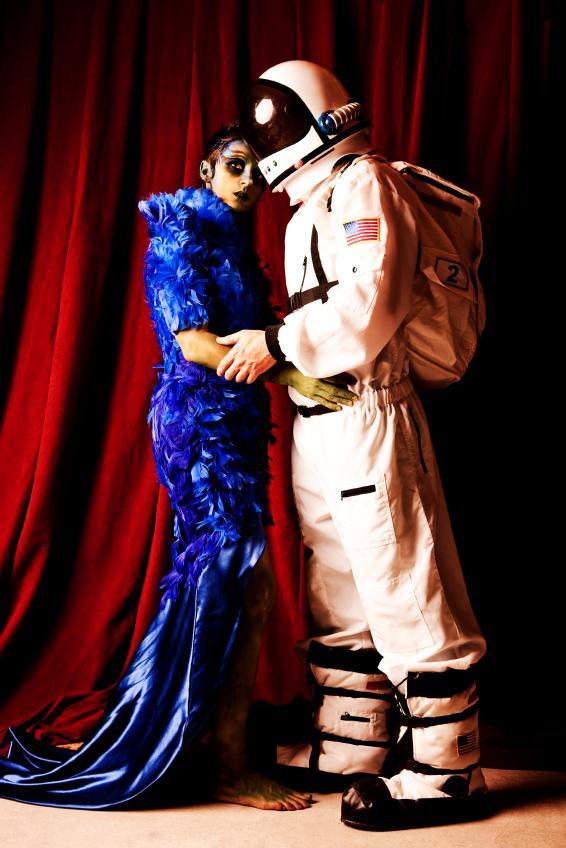 https://cf.ltkcdn.net/costumes/images/slide/146056-566x848r1-group-costume-astro-alien.jpg