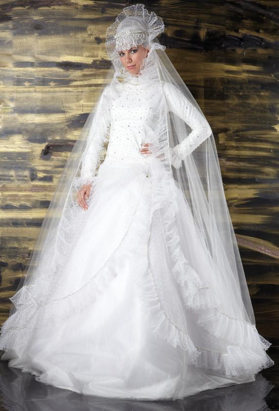https://cf.ltkcdn.net/costumes/images/slide/154277-571x841r1-arabian-wedding-dress.jpg
