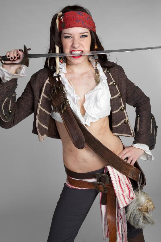 https://cf.ltkcdn.net/costumes/images/slide/165813-566x848-woman-pirate-1.jpg