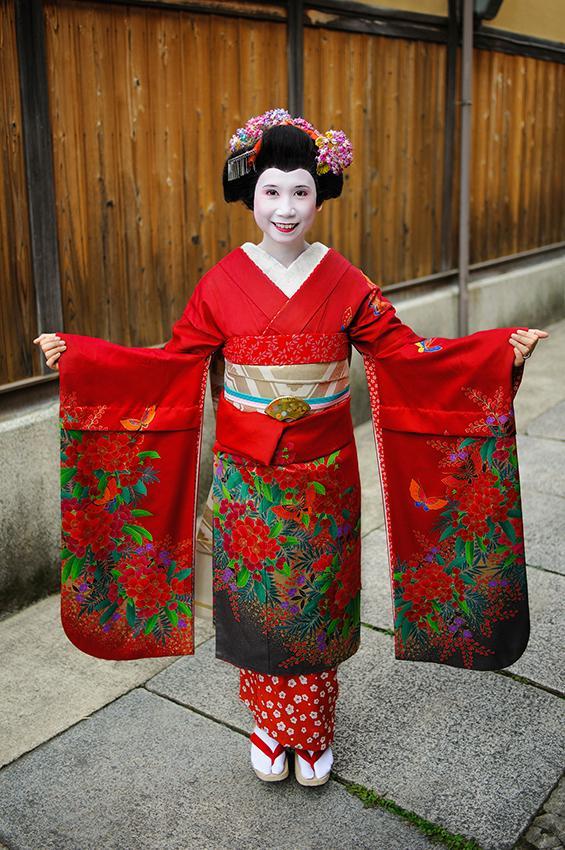 https://cf.ltkcdn.net/costumes/images/slide/167323-565x850-Japanese-woman-in-kimono.jpg