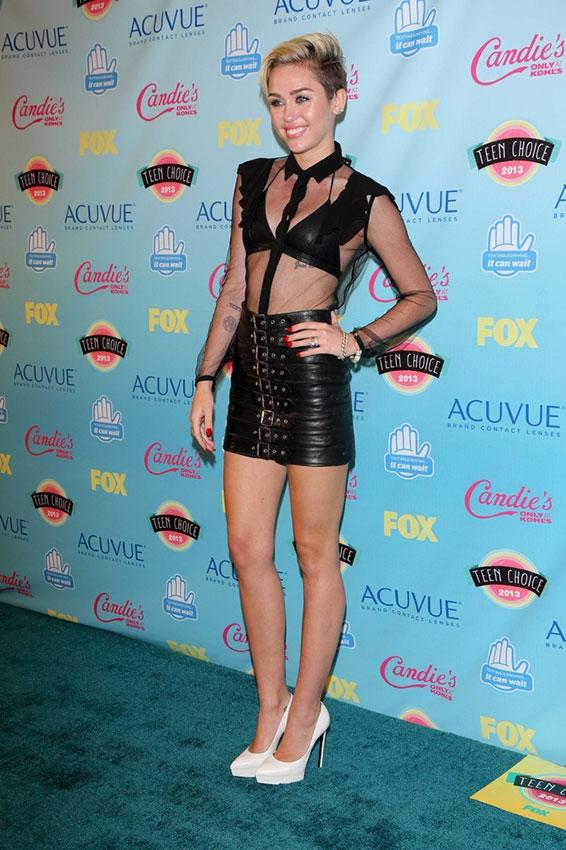 https://cf.ltkcdn.net/costumes/images/slide/186980-566x850-miley-cyrus-wearing-black-mini.jpg