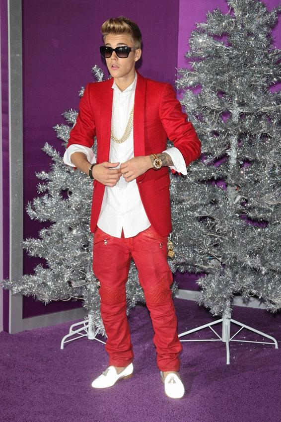 https://cf.ltkcdn.net/costumes/images/slide/186982-566x850-justin-bieber-in-red-suit.jpg