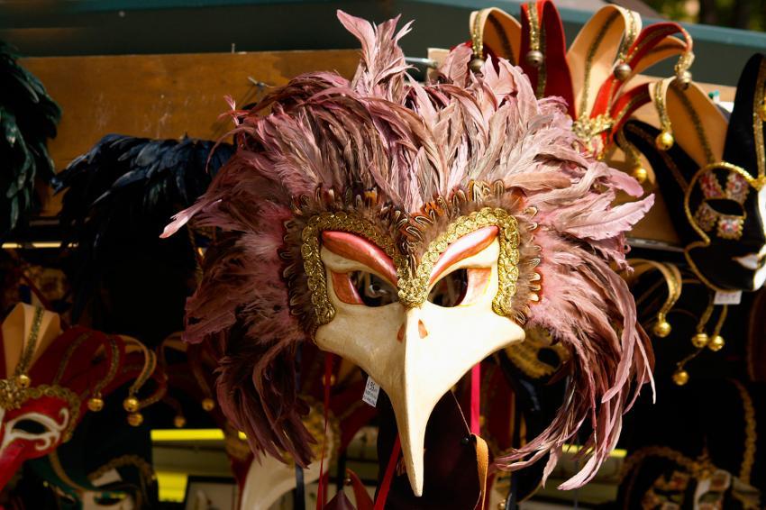 https://cf.ltkcdn.net/costumes/images/slide/247763-850x566-beaked-masquerade-mask.jpg