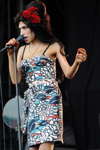 https://cf.ltkcdn.net/costumes/images/slide/105002-319x480-Amy-Winehouse-33109.jpg