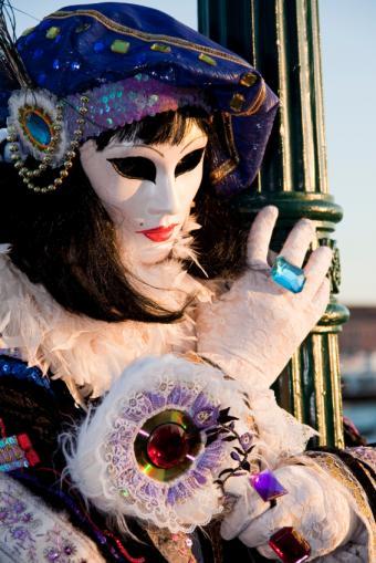 https://cf.ltkcdn.net/costumes/images/slide/105075-566x848-carnivale-costume.jpg