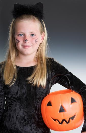 https://cf.ltkcdn.net/costumes/images/slide/105164-549x850r1-black-cat.jpg