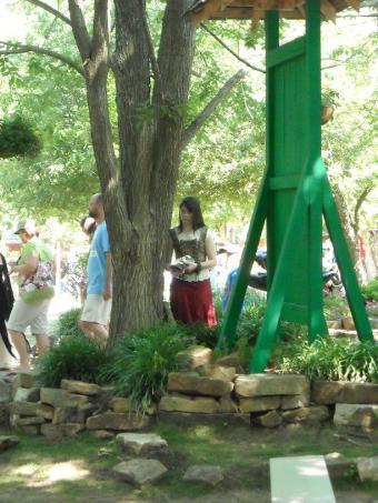 https://cf.ltkcdn.net/costumes/images/slide/105225-612x816-Scarborough_Faire_2010_006.jpg