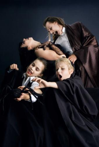 https://cf.ltkcdn.net/costumes/images/slide/145916-428x632r1-VampireFamily1.jpg