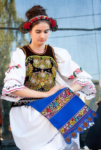 https://cf.ltkcdn.net/costumes/images/slide/145924-569x844r1-national-costume-romania.jpg