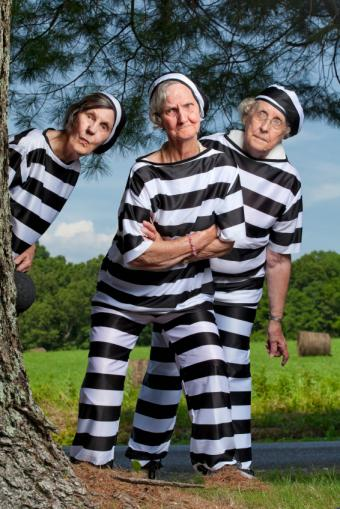 https://cf.ltkcdn.net/costumes/images/slide/146059-566x848r1-group-costume-inmates.jpg