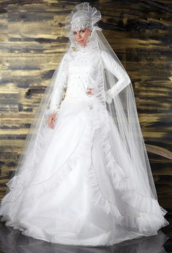 https://cf.ltkcdn.net/costumes/images/slide/154277-571x841r1-arabian-wedding-dress.jpg
