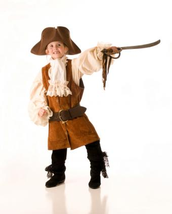 https://cf.ltkcdn.net/costumes/images/slide/165785-620x774-girl-pirate-2.jpg