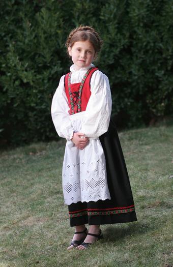 https://cf.ltkcdn.net/costumes/images/slide/167324-551x850-Norwegian-girl-in-costume.jpg