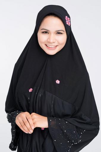 https://cf.ltkcdn.net/costumes/images/slide/171410-567x850-Woman-Abaya.jpg