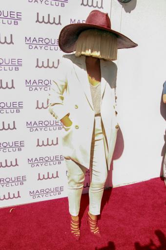 https://cf.ltkcdn.net/costumes/images/slide/186962-566x850-sia-wearing-hat.jpg
