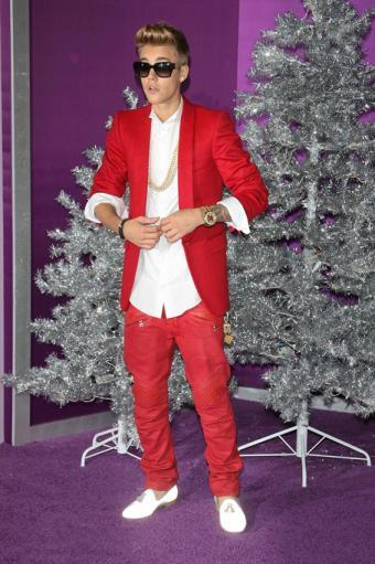 https://cf.ltkcdn.net/costumes/images/slide/186982-566x850-justin-bieber-in-red-suit.jpg