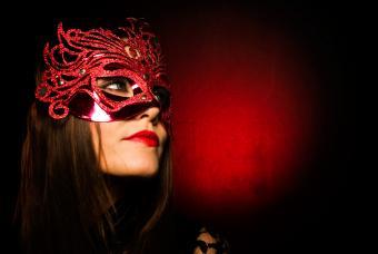 https://cf.ltkcdn.net/costumes/images/slide/247760-850x569-red-and-black-mask.jpg
