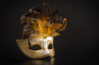 https://cf.ltkcdn.net/costumes/images/slide/247761-850x566-masquerade-mask-with-feathers.jpg