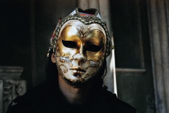 https://cf.ltkcdn.net/costumes/images/slide/247762-850x567-man-wearing-full-mask.jpg