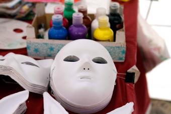https://cf.ltkcdn.net/costumes/images/slide/247772-850x567-diy-masquerade-masks.jpg