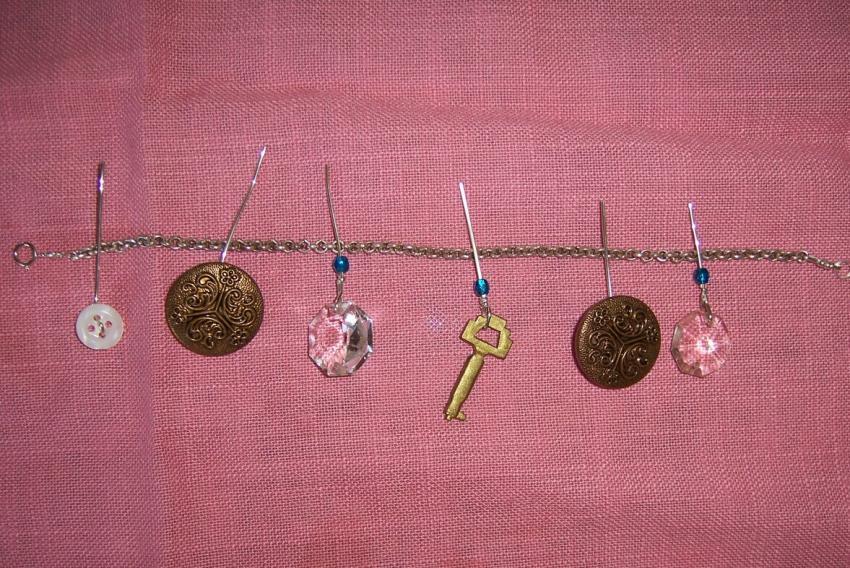 https://cf.ltkcdn.net/crafts/images/slide/89689-850x568-bracelet_4.jpg