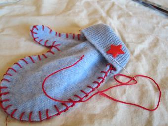 mitten with button