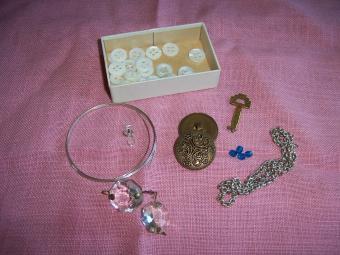 https://cf.ltkcdn.net/crafts/images/slide/89685-850x638-bracelet_1.jpg
