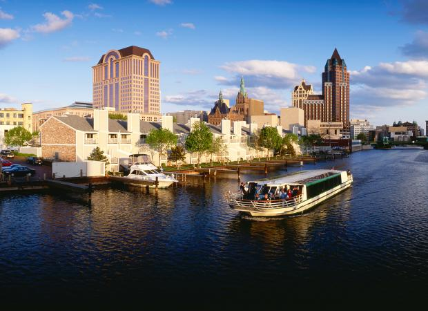 Milwaukee river boat cruise