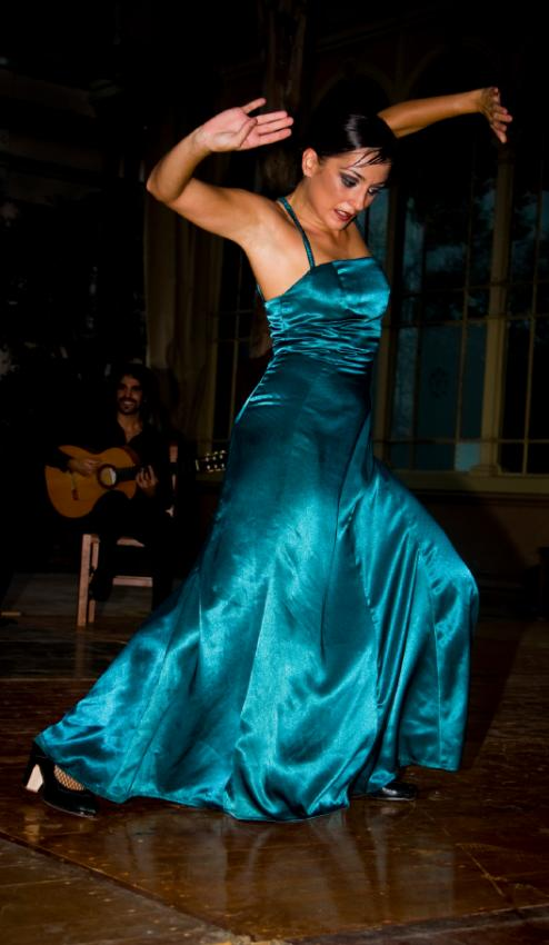 https://cf.ltkcdn.net/dance/images/slide/55253-494x850-Flamenco.jpg