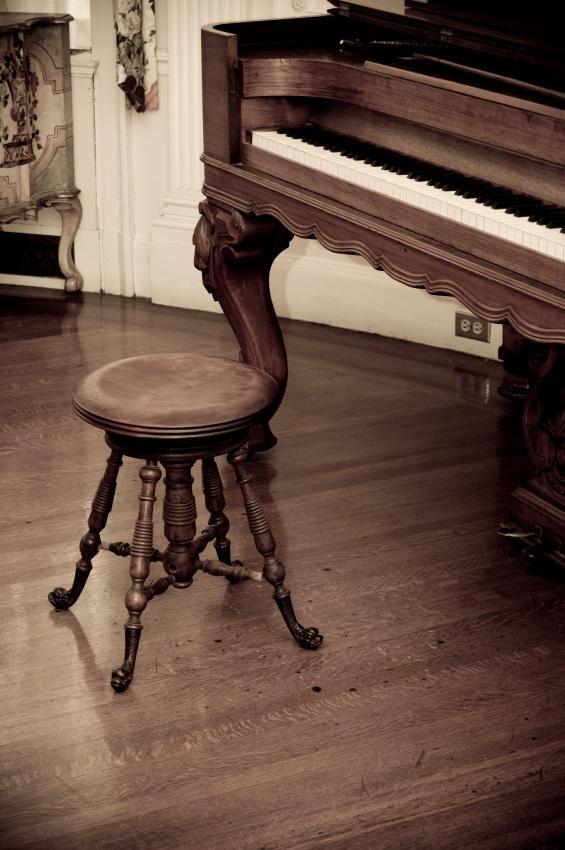 https://cf.ltkcdn.net/dance/images/slide/55327-565x850-pianostool.jpg