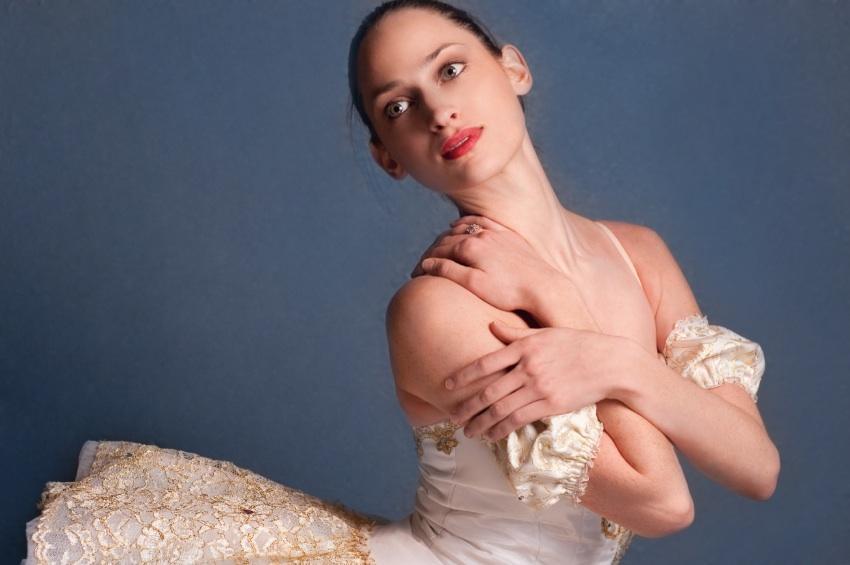 https://cf.ltkcdn.net/dance/images/slide/55335-850x565r2-balletmakeup.jpg