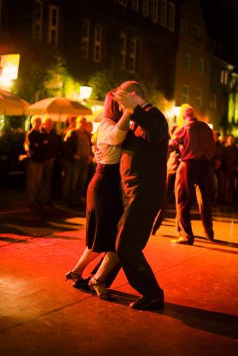 https://cf.ltkcdn.net/dance/images/slide/55258-566x848-TangoMilonga.jpg
