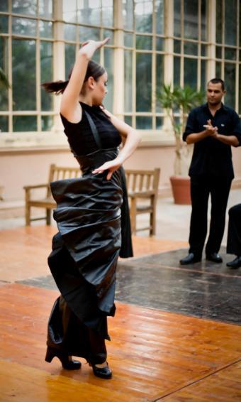 https://cf.ltkcdn.net/dance/images/slide/55269-511x850-FlamencoBlackDress.jpg
