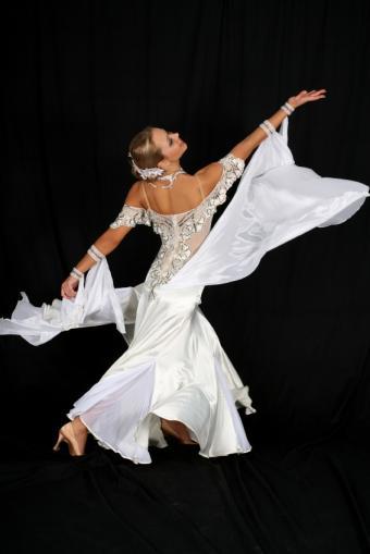 https://cf.ltkcdn.net/dance/images/slide/55287-566x848r1-ballroomgrace.jpg