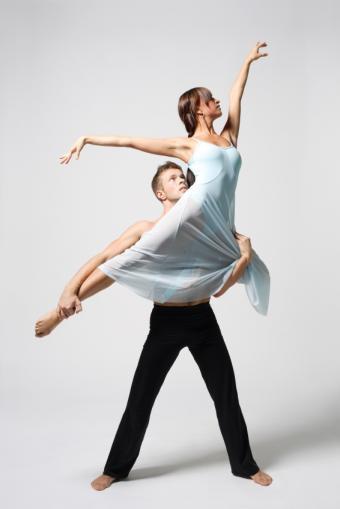 https://cf.ltkcdn.net/dance/images/slide/55313-566x848-ballerinalift.jpg