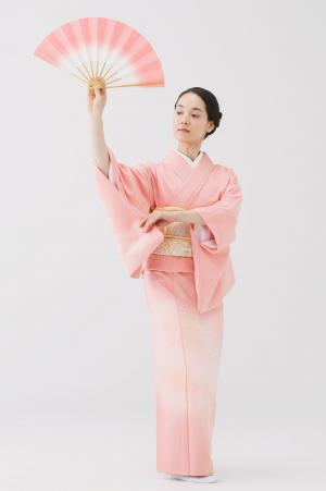 Raise the fan high and grab the right kimono sleeve
