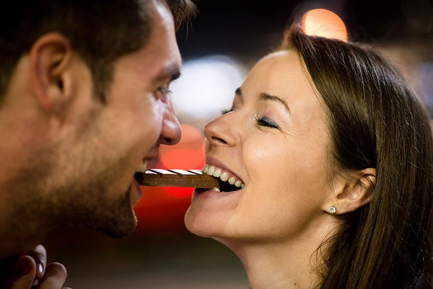 https://cf.ltkcdn.net/dating/images/slide/191792-850x567-couple-sharing-chocolate.jpg