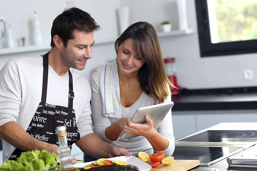 https://cf.ltkcdn.net/dating/images/slide/191799-850x567-couple-preparing-dinner.jpg