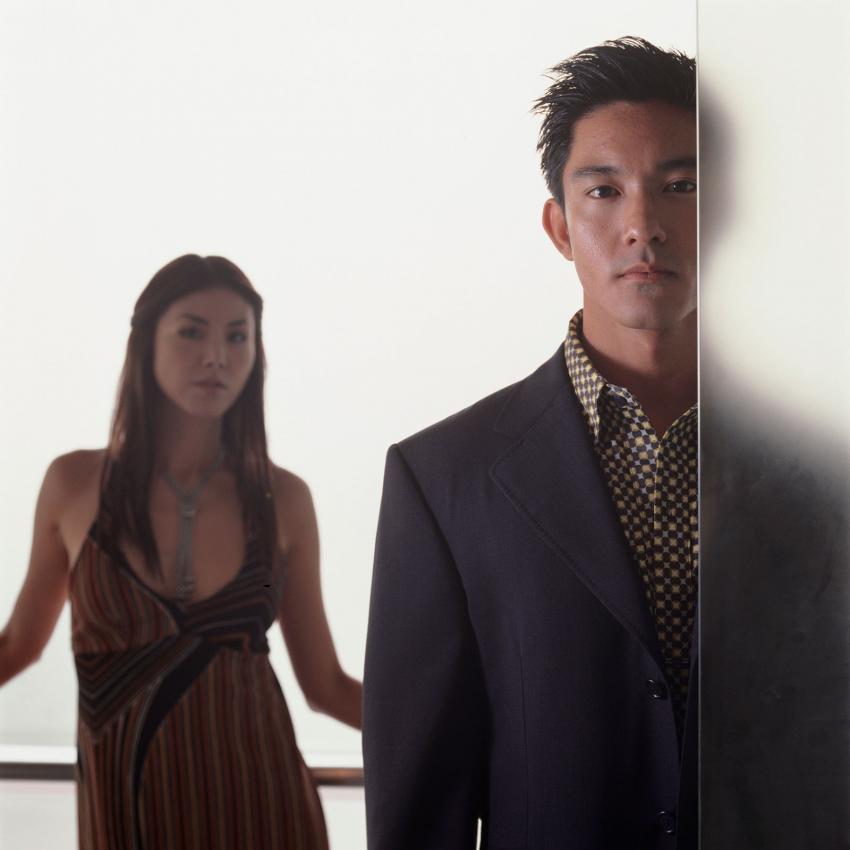 https://cf.ltkcdn.net/dating/images/slide/202089-850x850-Guy-wearing-club-shirt-with-girl.jpg