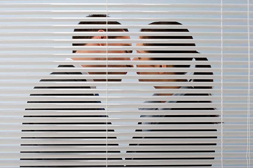 https://cf.ltkcdn.net/dating/images/slide/238304-850x567-office-kiss.jpg