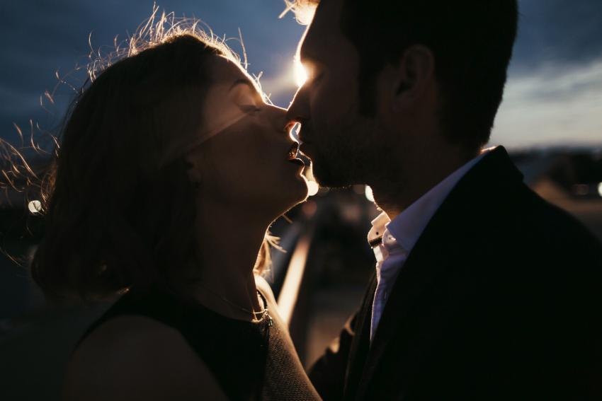 https://cf.ltkcdn.net/dating/images/slide/238308-850x567-night-kiss.jpg