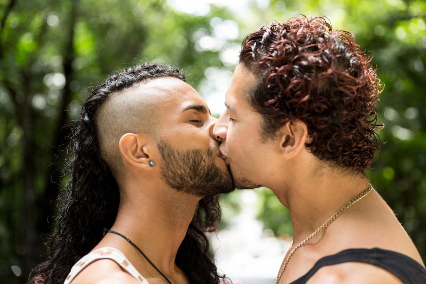https://cf.ltkcdn.net/dating/images/slide/238804-850x567-gay-couple-kissing-in-park.jpg